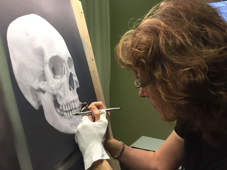 Sandra Zimmermann erstellt Airbrush Schädel